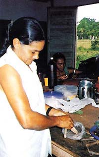 Socorro participating in an herbal medicine course.